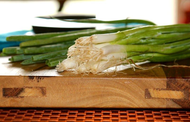 Corte cebolas selvagens verdes foto de stock