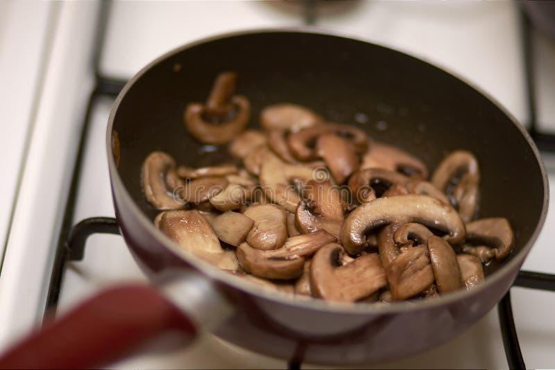 Corte cogumelos fritados fotos de stock