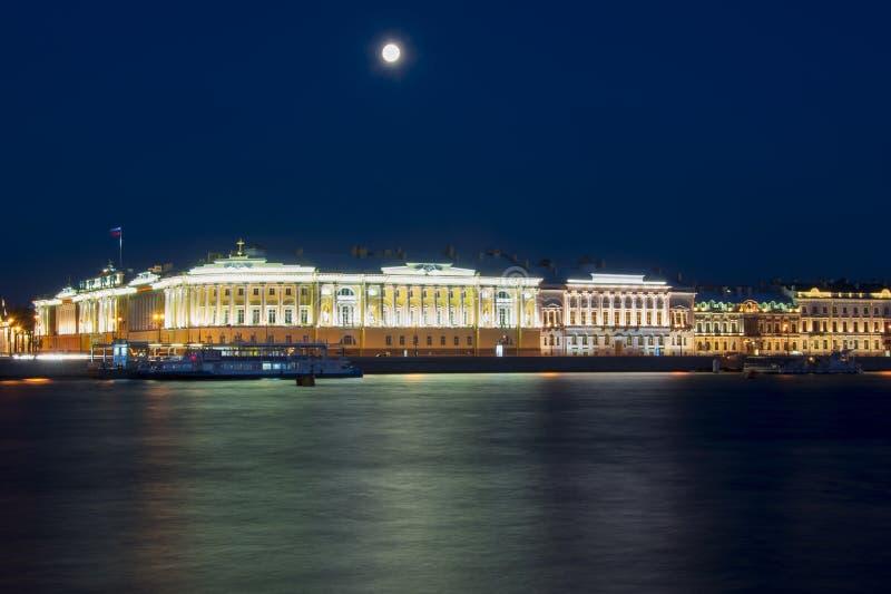 Corte costituzionale del fiume di Neva e della Russia alla notte, San Pietroburgo, Russia fotografia stock libera da diritti