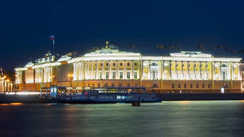 Corte costituzionale del fiume di Neva e della Russia alla notte, San Pietroburgo, Russia immagine stock