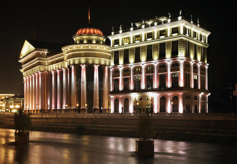 Corte costituzionale e museo archeologico macedone a Skopje macedonia fotografie stock