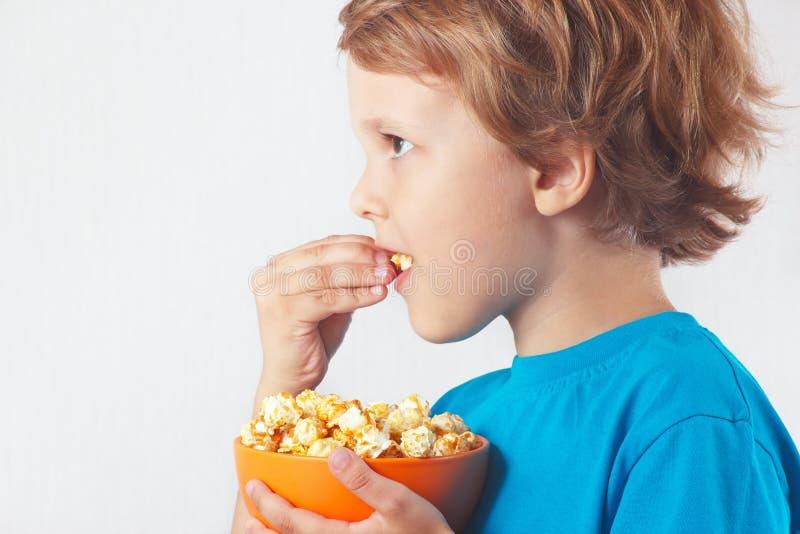 Corte a criança que come a pipoca foto de stock royalty free