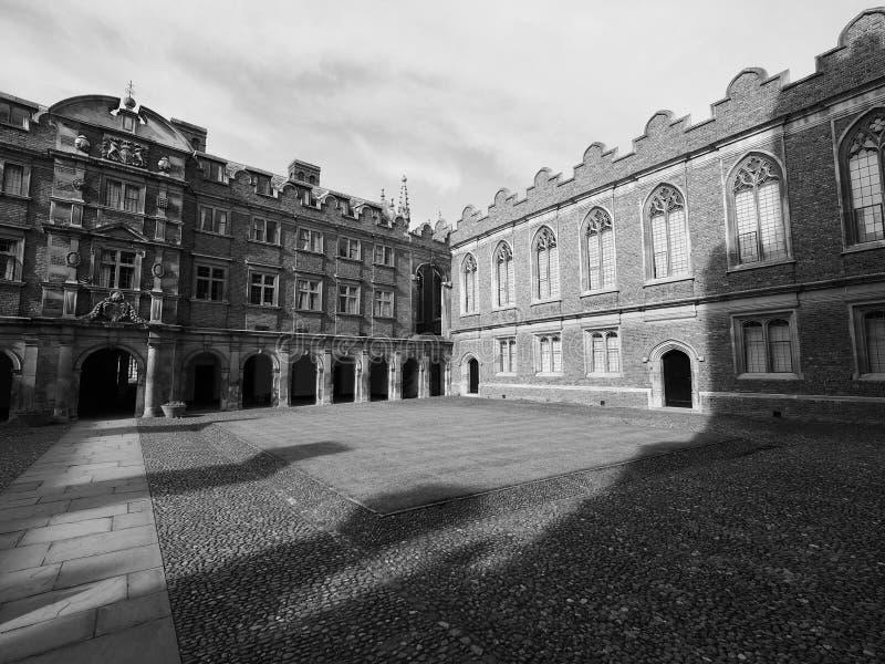 Corte da faculdade de St John terceira em Cambridge em preto e branco imagens de stock
