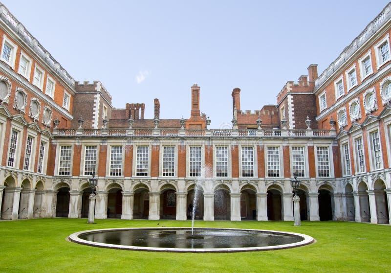 Corte da fonte no palácio do Hampton Court fotografia de stock royalty free