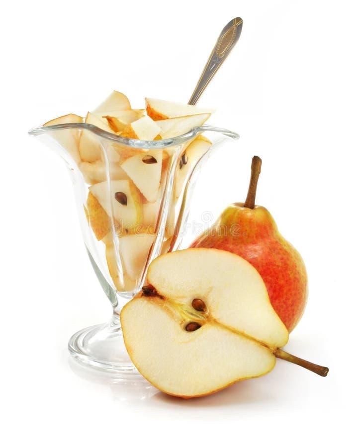 Corte da fruta da pera com a sobremesa no vidro isolado imagens de stock royalty free
