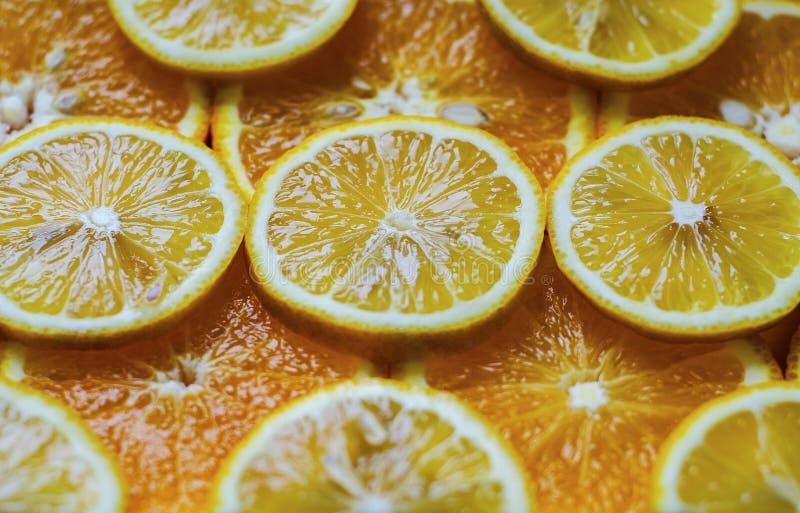 Corte da laranja e do limão em círculos imagem de stock royalty free