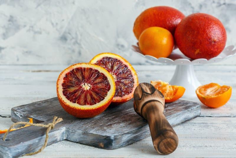 Corte da laranja pigmentada na meia e imprensa de madeira do citrino foto de stock royalty free