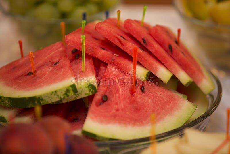 Corte da melancia em cunhas imagem de stock