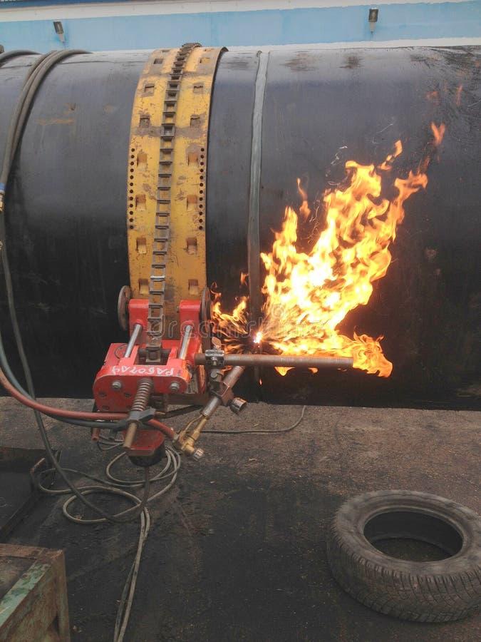 Corte da tubulação com um cortador do gás imagem de stock