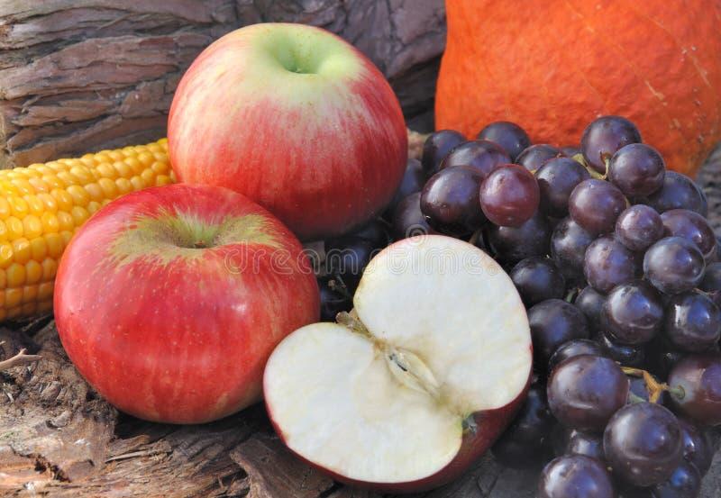 Corte de Apple e uvas pretas imagem de stock