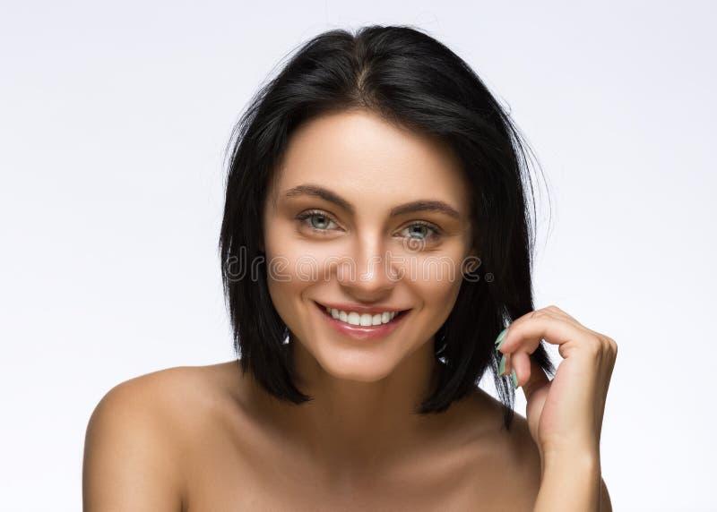 Corte de cabelo da forma hairstyle Franja à moda Adolescente com penteado curto Retrato do adolescente da beleza fotos de stock