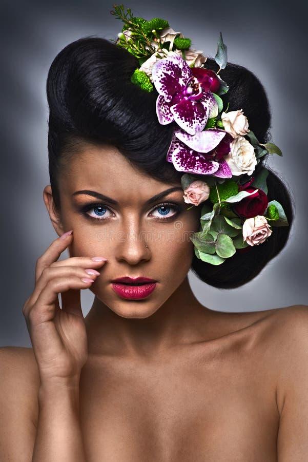 Corte de cabelo da forma Menina à moda com olhar forte no estúdio imagem de stock royalty free