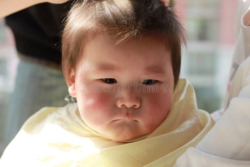 Corte de cabelo do bebê imagem de stock