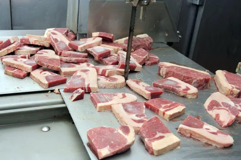 Corte de carnes en carnicero foto de archivo libre de regalías