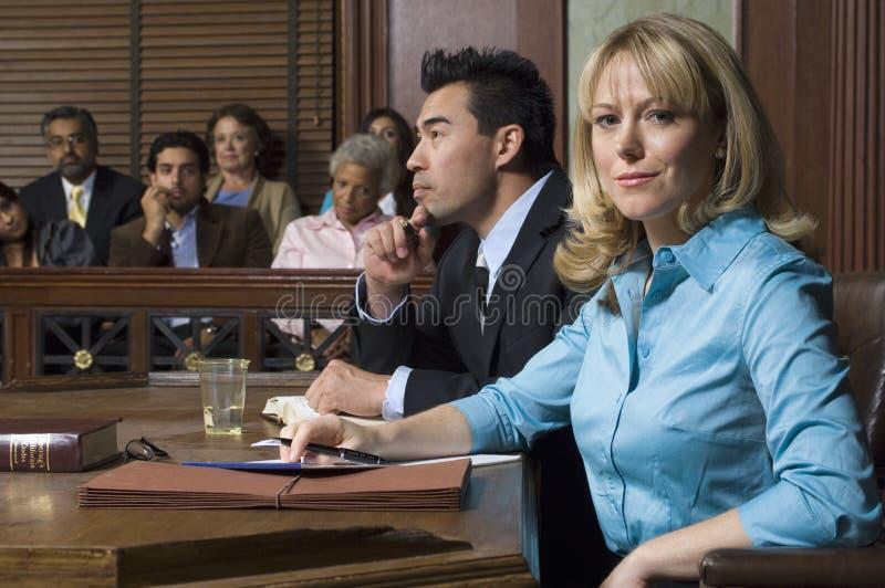 Corte de With Client In do advogado de defesa foto de stock
