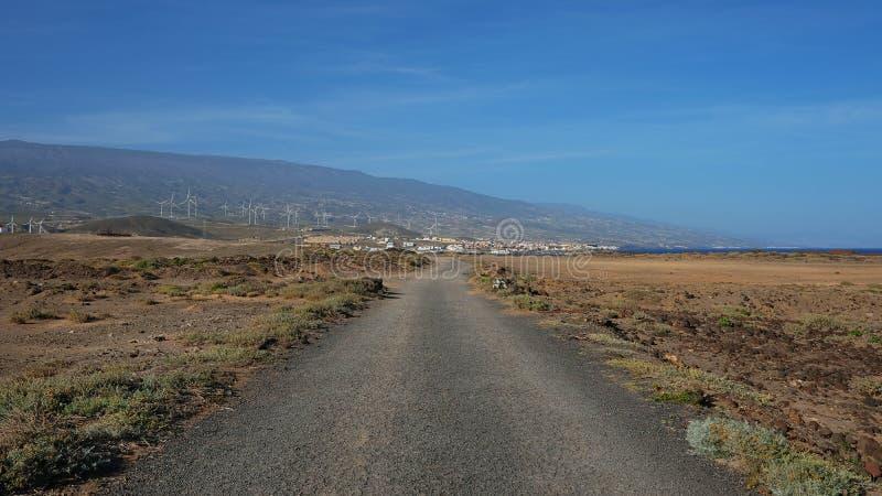 Corte de estrada através do lanscape vulcânico árido da ilha de Tenerife, Ilhas Canárias, Espanha foto de stock royalty free