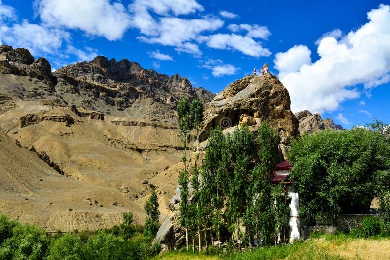 Corte de la roca del monasterio de Mulbekh en Jammu y Cachemira la India imagenes de archivo