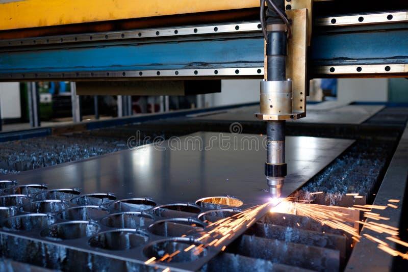 Corte de máquina del plasma una hoja del metal, proceso del corte del metal, para corte de metales imagen de archivo libre de regalías