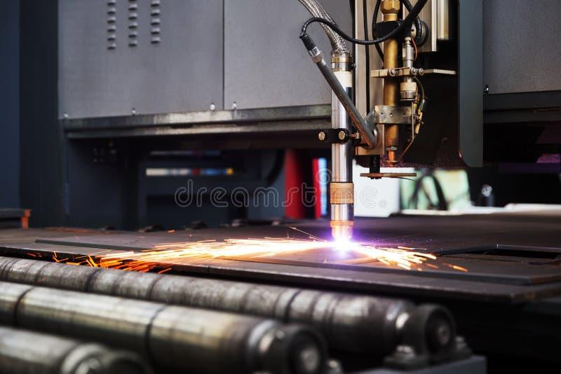 Corte de máquina industrial do plasma do cnc da placa de metal foto de stock