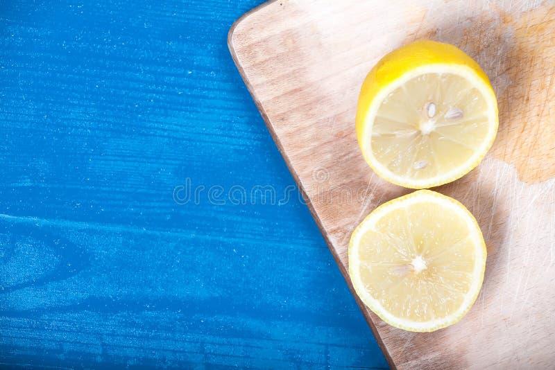 Corte de madeira do fundo do meio vintage azul ensolarado amarelo dos limões imagem de stock royalty free