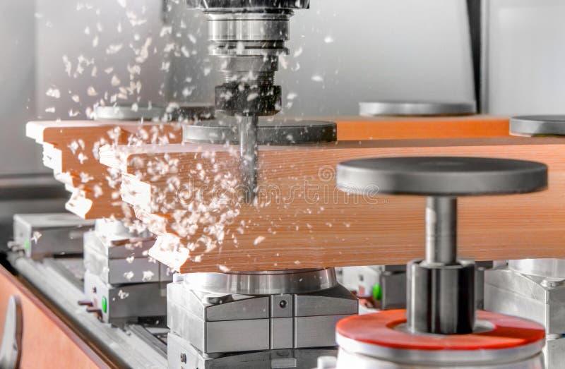 Corte de madera con las fresadoras de un CNC imagenes de archivo