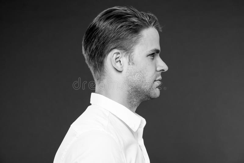 Corte de pelo perfecto Hombre preparado bien con vista lateral del corte de pelo elegante fresco La cara tranquila del hombre dem fotos de archivo libres de regalías