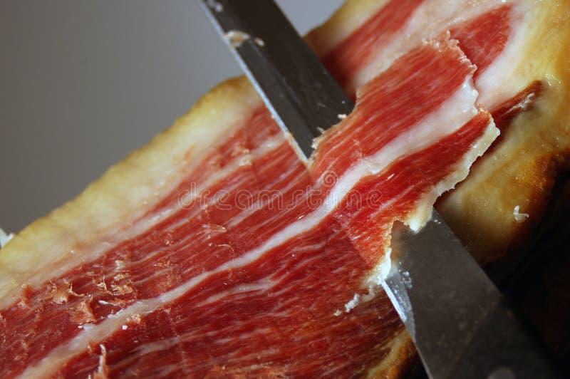 Corte de un jamón típico de Jamon Iberico de España fotos de archivo
