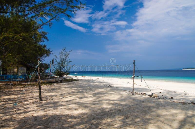 Corte de voleibol en la playa arenosa sola de la isla de Gili Meno indonesia fotografía de archivo libre de regalías