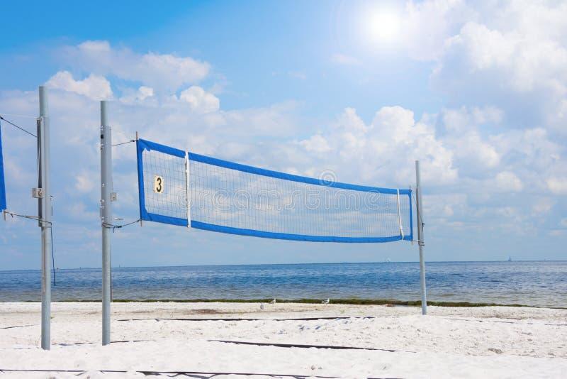 Corte de voleibol vazia na praia em um dia ensolarado fotografia de stock