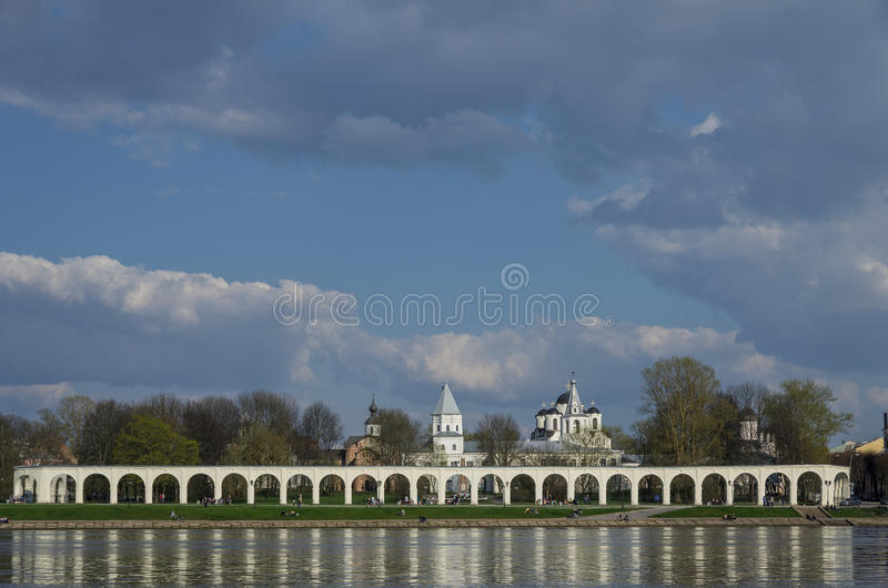 A corte de Yaroslav com arcada de troca e as igrejas ortodoxas em t foto de stock royalty free