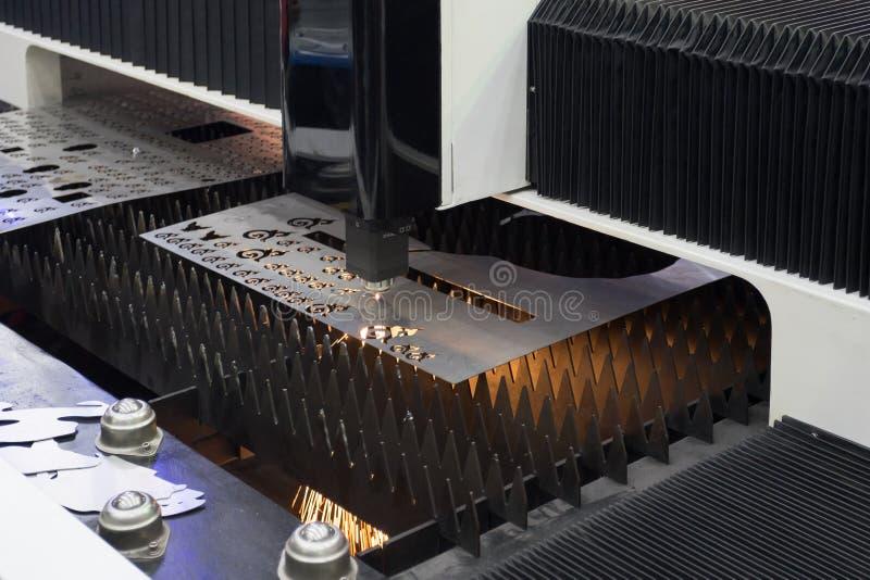 Corte del laser de la hoja de metal en fábrica fotografía de archivo libre de regalías