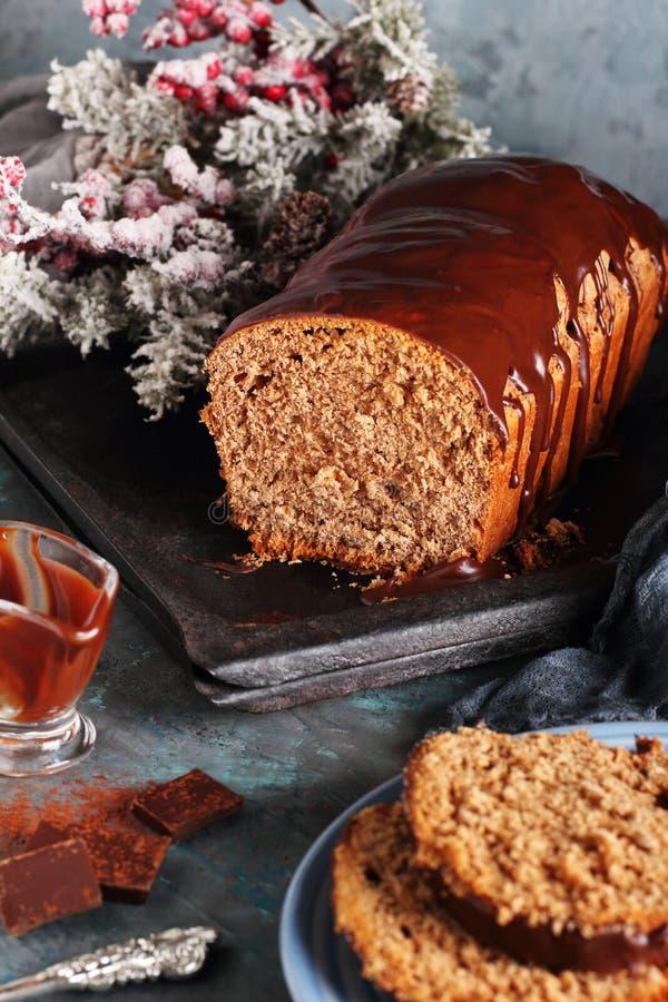 Corte del pan hecho en casa del chocolate imagenes de archivo