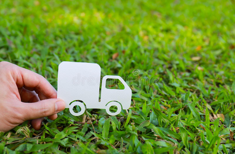 Corte del papel del camión en fondo de la hierba verde foto de archivo