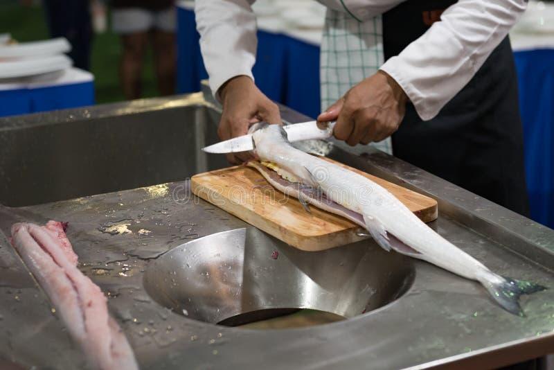 Corte del pescado fresco para el cocinero imagen de archivo