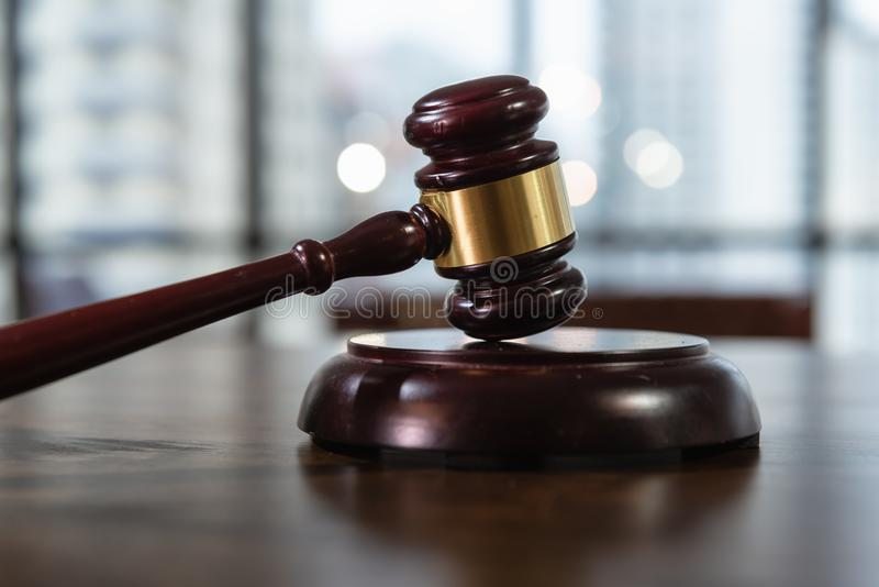 Corte di Giustizia il concetto, di legge e di regola, Gavel del giudice sulla Tabella fotografia stock libera da diritti
