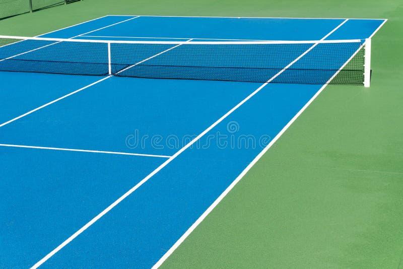Corte di tennis blu giorno soleggiato all'aperto immagine di tennis concept Copi lo spazio immagini stock