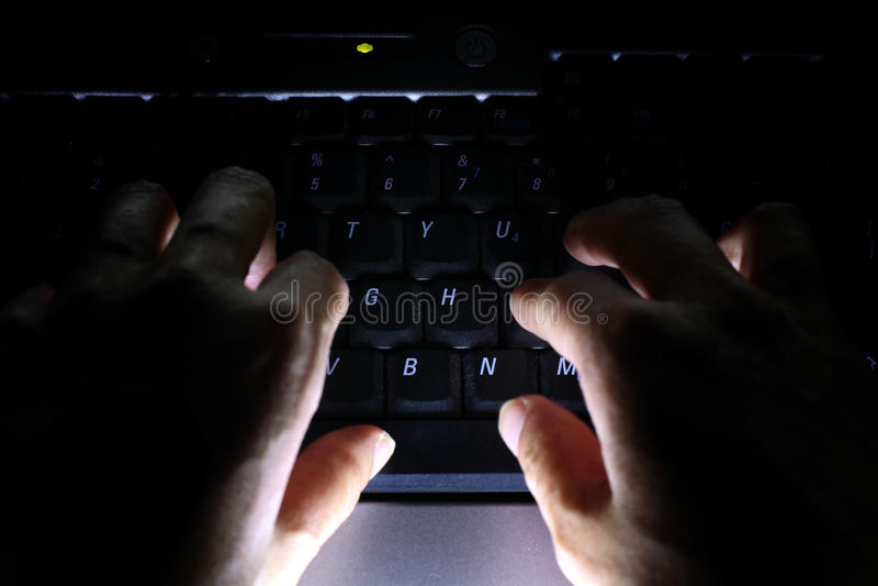Corte do ataque do Cyber em andamento imagens de stock