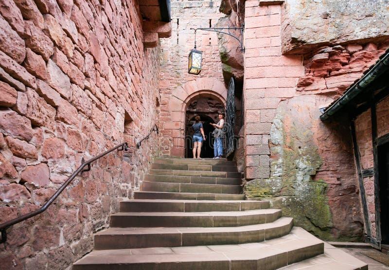 Corte do castelo Castelo du Haut-Koenigsbourg imagem de stock