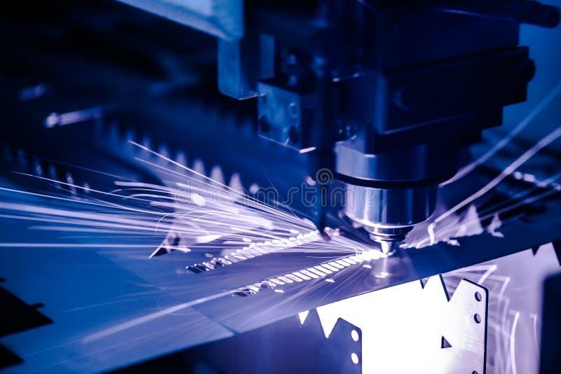 Corte do metal, tecnologia industrial moderna do laser do CNC fotografia de stock royalty free