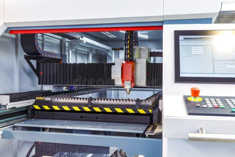 Corte do metal, tecnologia industrial moderna do laser do CNC Profundidade de campo pequena Advertência - tiro autêntico dentro foto de stock