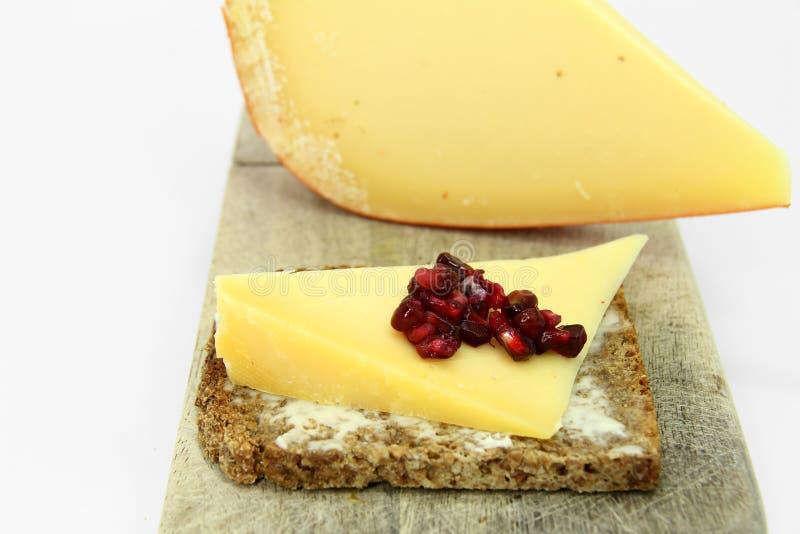 Corte do queijo duro fotografia de stock royalty free