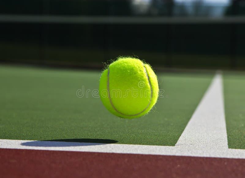 Corte e esfera de tênis imagens de stock