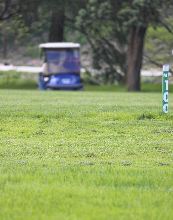 Corte ed automobile di golf immagine stock