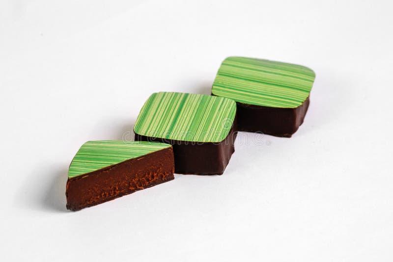 Corte el caramelo de chocolate hecho a mano con el relleno imagen de archivo libre de regalías
