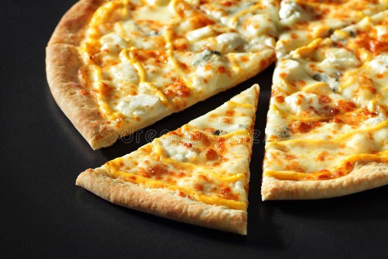 Corte el cierre de la pizza con queso del tomate de los camarones en fondo de piedra negro imagen de archivo libre de regalías