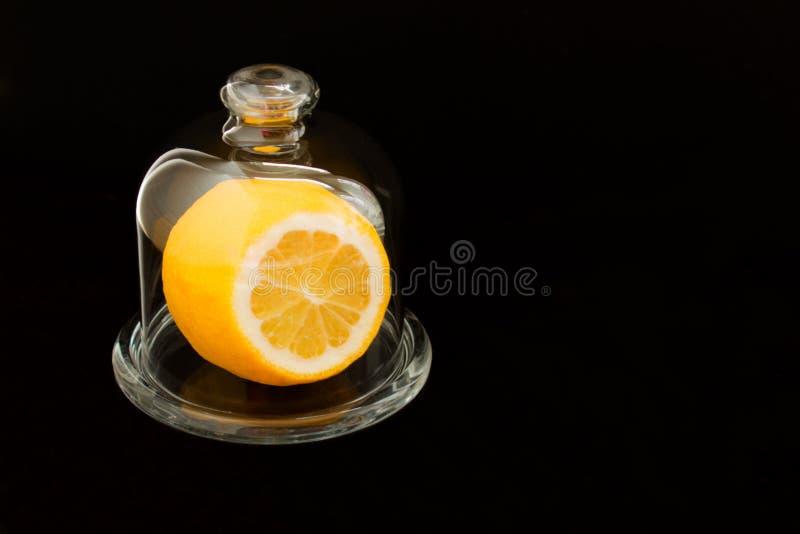 Corte el limón en cristalería en espacio backgroundCopy negro imágenes de archivo libres de regalías