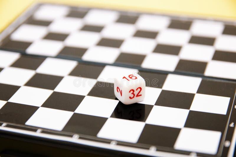 Corte en cuadritos con números en el fondo del tablero de ajedrez imagen de archivo libre de regalías