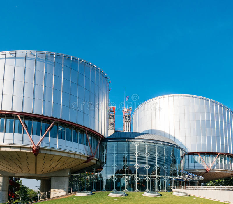 Corte europea dei diritti dell'uomo con la bandiera del mezz'asta UE che ondeggia dentro fotografia stock