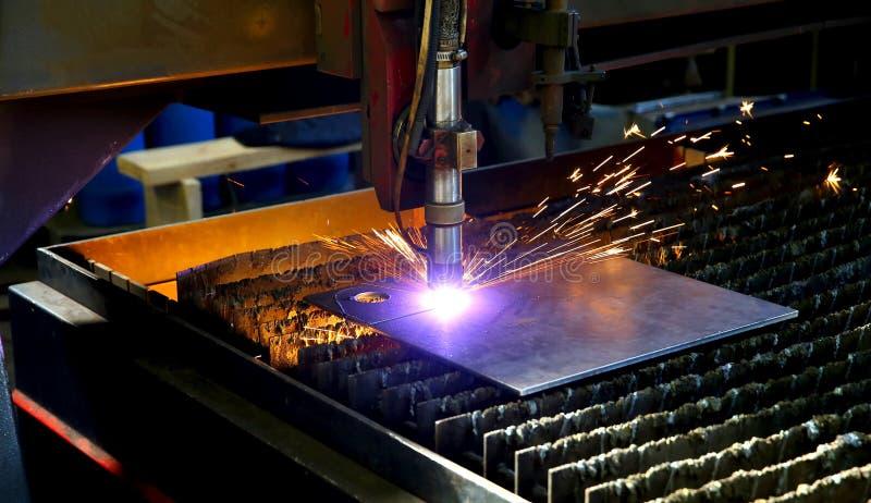 Corte industrial del plasma del CNC de la placa de metal Las chispas vuelan Closeu imagen de archivo libre de regalías