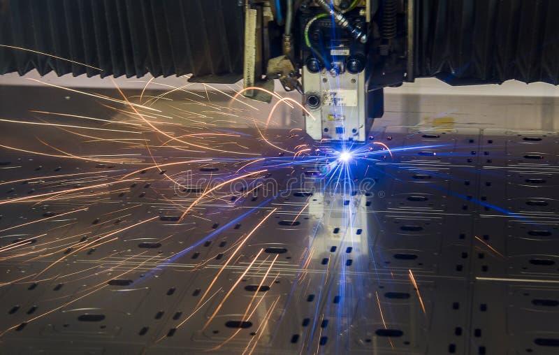 Corte industrial do laser que processa a tecnologia da fabricação do material de aço da chapa metálica lisa com faíscas foto de stock royalty free
